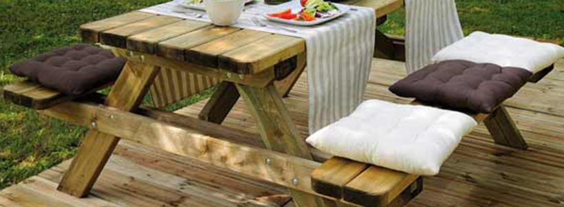 Table de pic-nique en bois dans le loiret